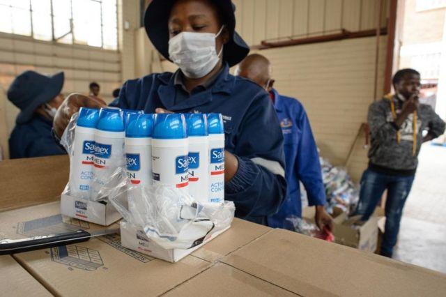 Voluntarios organizan productos donados en Johanesburgo, Sudáfrica, el 1 de abril de 2020.