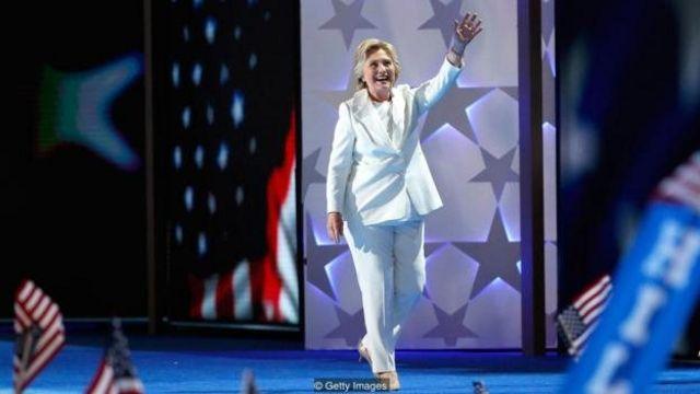 Masu sharhi sun yi ta tsokaci akan farar rigar kwat da Clinton ta sanya a babban taron jam'iyyar Democrat