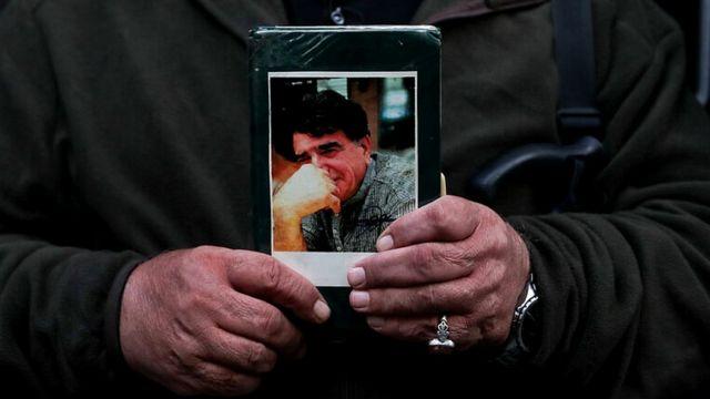 عکس شجریان در دست مردم