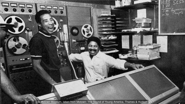 罗宾逊在录音室里开怀大笑。