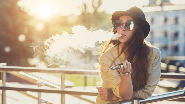 E-sigara içen çekici bir kadın