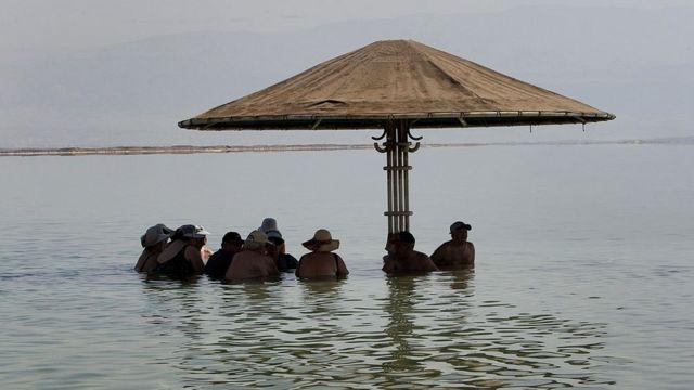 Туристы на Мертвом море