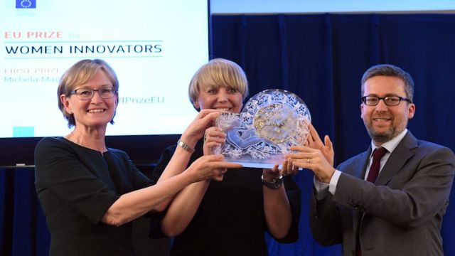 Michela Magas recibiendo el premio en la Unión Europea.