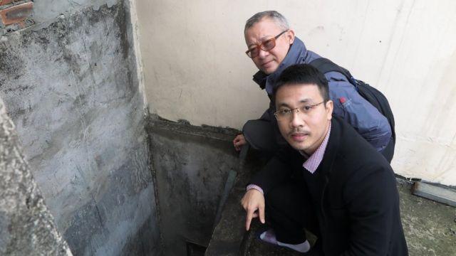 Luật sư Ngô Anh Tuấn (trước) và luật sư Đặng Đình Mạnh thu thập bằng chứng tại giếng trời, được cho là nơi ba công an rơi xuống, tại nhà ông Lê Đình Kình, Đồng Tâm, Hà Nội