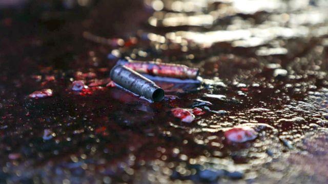 Casquillos de munición en un charco de sangre