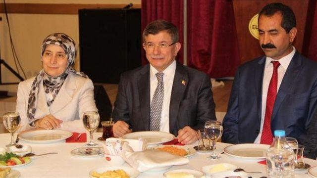 Ahmet Davutoğlu Elazığ'daki toplantıya eşi Sare Davutoğlu ile birlikte katıldı.