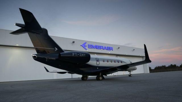 Legacy em frente a hangar da Embraer