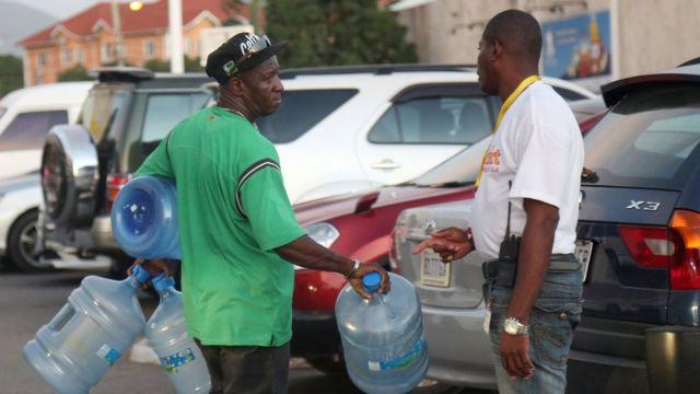 Hombres comprando agua en Kingston, Jamaica, en vísperas de la llegada del huracán Matthew.