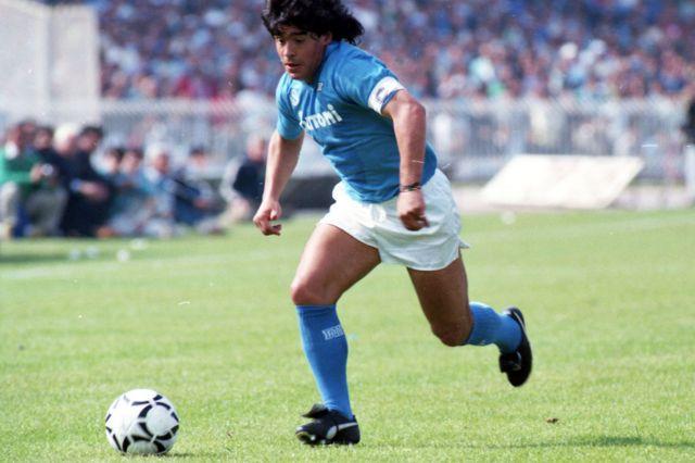 Diego Maradona en 1987 jugando en el Napoli, en Italia
