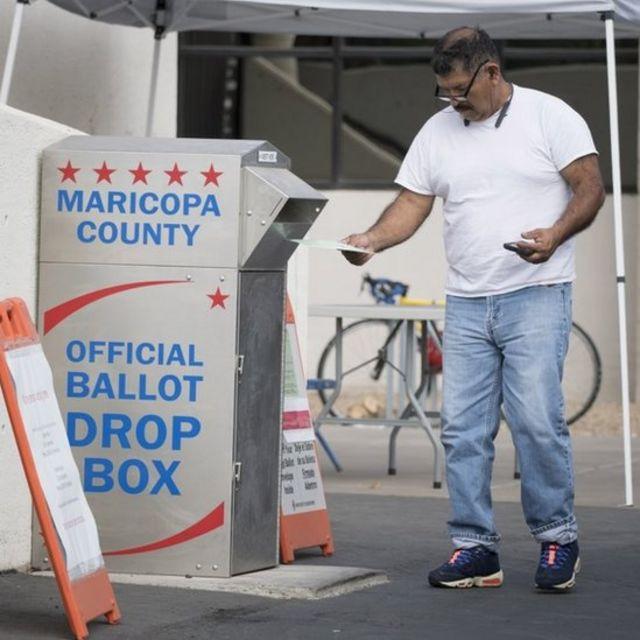 Un votante en el condado de Maricopa, Arizona