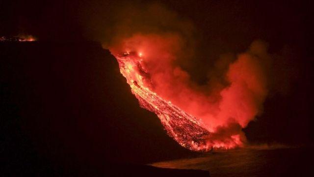 Lava del volcán de La Palma llegando al mar