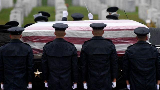 Militares de Estados Unidos en el entierro de un muerto en Afganistán.