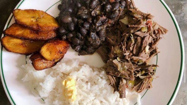 Este es el plato nacional de mi país #Venezuela consiste en tajadas (plátanos frito), arroz blanco, carne mechada y caraotas (frijoles negros)