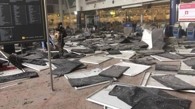 爆発の勢いで天井パネルが落下した空港ターミナル