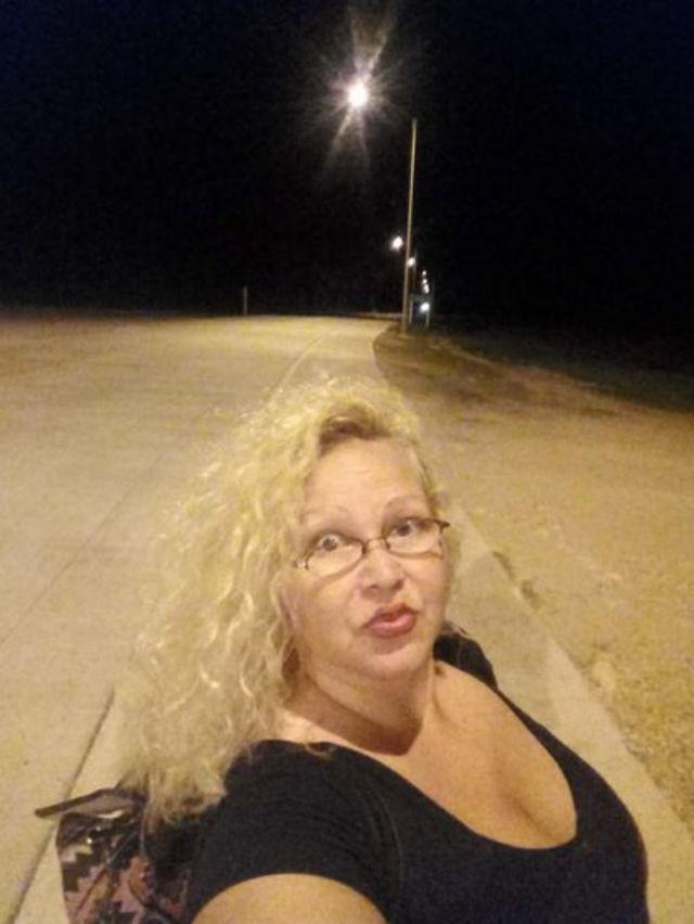 Karina Núñez faz selfie na rua à noite