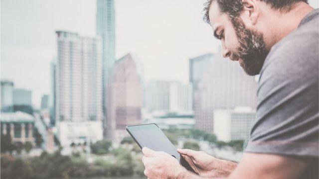 Hombre usando una tableta en Austin, Texas.