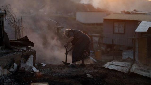 امرأة تحاول اطفاء الحريق