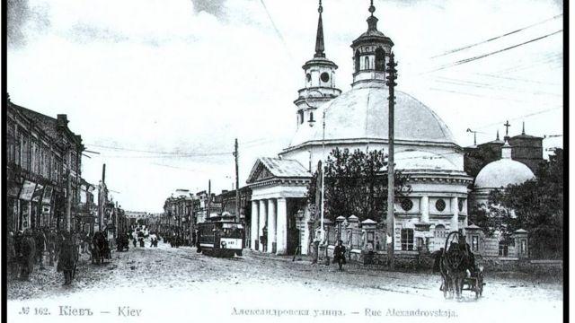 Церковь Рождества Христова на открытке 1890-х. Сейчас строительство и раскопки ведутся рядом с церковью
