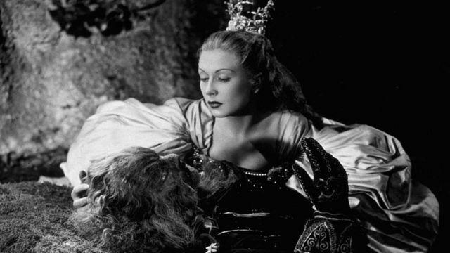 1946: A atriz francesa Josette Day (1914 - 1978) ajoelhada ao lado da Fera, interpretada por Jean Marais no filme de Jean Cocteau inspirado no conto de fadas.