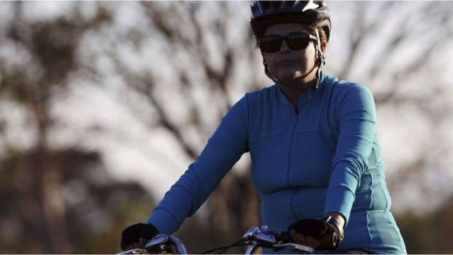 A ex-presidente Dilma Rousseff andando de bicicleta