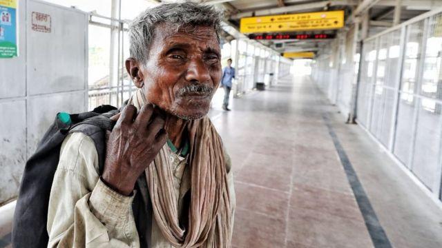 Retrato de homem pobre em estação de ônibus