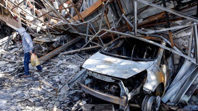 Carro e prédio destruídos em Valparaíso