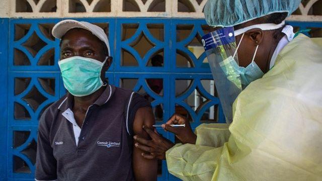 Homem é vacinado no Zimbábue