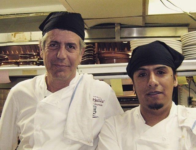 Bourdain con el chef Carlos Llaguno García, quien falleció en 2015