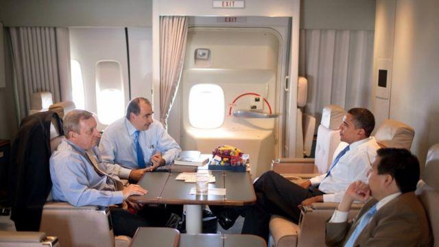 Madaxweynihii hore ee Mareykanka Obama xilli uu shir diyaaradda Airforce One gudaheed kula lahaa saraakiisha dowladda