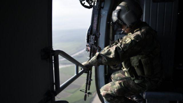 Militar en helicóptero