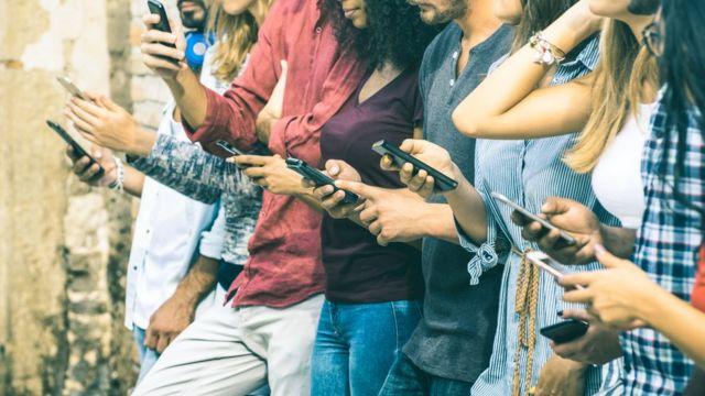 Grupo de pessoas usando celular