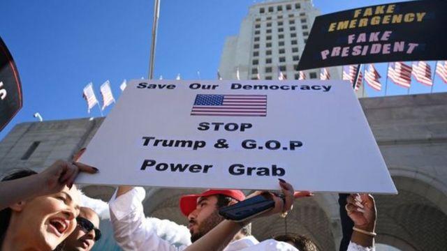 국가비상사태 선포는 시민들의 거리 시위를 촉발했다