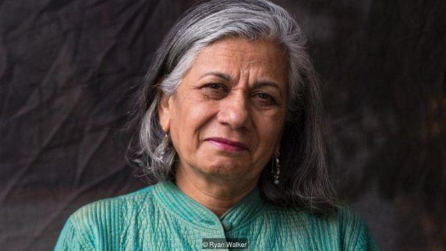 रत्ना ओमीदवर, अप्रवासी