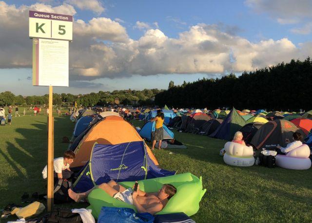 Navijači u redu za karte često postave šatore