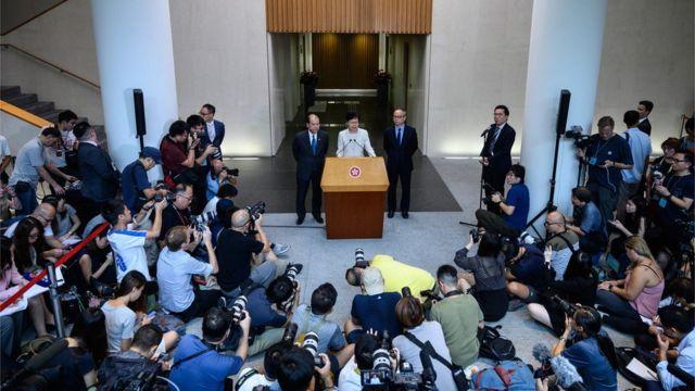 林鄭的決定在泛民和建制派都受到批評。