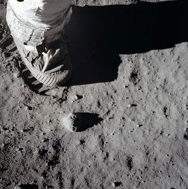Bota de astronauta pisando la superficie de la Luna