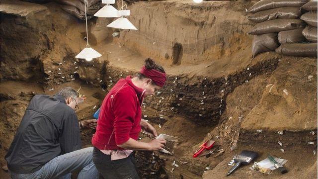 විද්යාඥයන් විසින් එම දකුණු අප්රිකානු සිතුවම සොයාගන්නා ලද්දේ 'කේප්ටවුන්' සිට කිලෝමීටර් 300ක් ඈතින් පිහිටි 'බ්ලොම්බෝස්' (Blombos Cave) ගුහාවෙනි