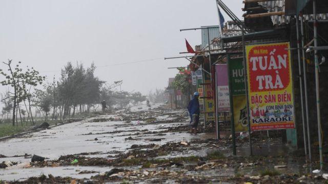 Quang cảnh dãy nhà hàng ven biển ở Diễn Châu, Hà Tĩnh. Ảnh chụp hôm 15/9/2017.