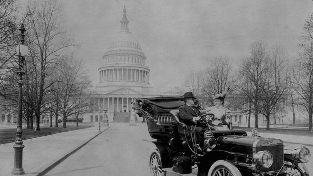 El senador Benjamin Ryan Tillman frente al Capitolio hacia 1890.