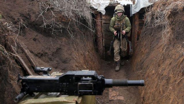 Sınır hattındaki bir hendekte görülen Ukraynalı asker.