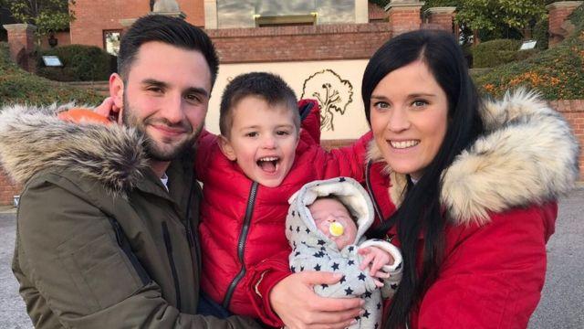 Джейк с женой у двумя сыновьями