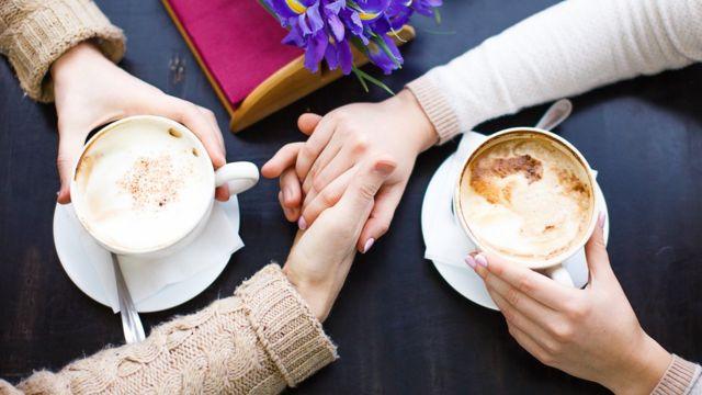 kahve icip el ele tutusan iki kişi