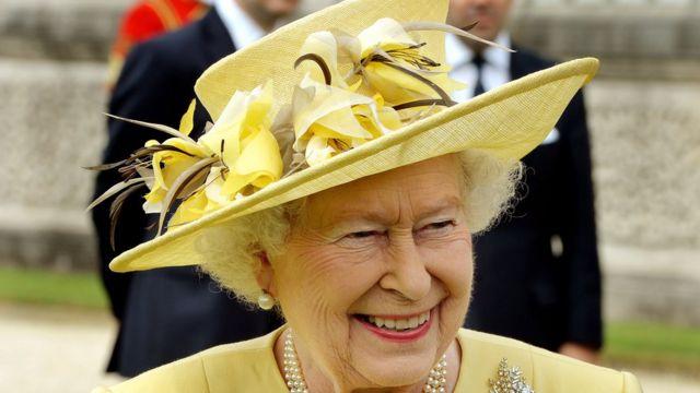 La reina con un modelo de color amarillo.