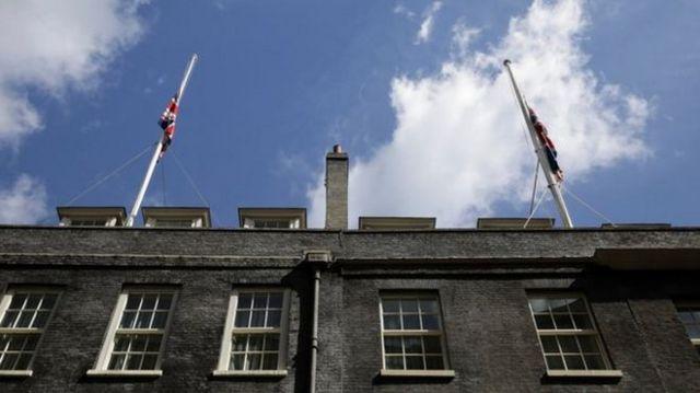 ธงชาติสหราชอาณาจักรถูกลดลงครึ่งเสา ที่ถนนดาวน์นิ่ง เพื่อไว้อาลัยต่อเหตุการณ์โจมตีกลางลอนดอน