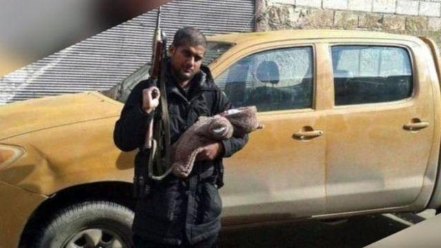 Su hijo en una mano y el arma en la otra. Siddhartha Dhar en Siria.