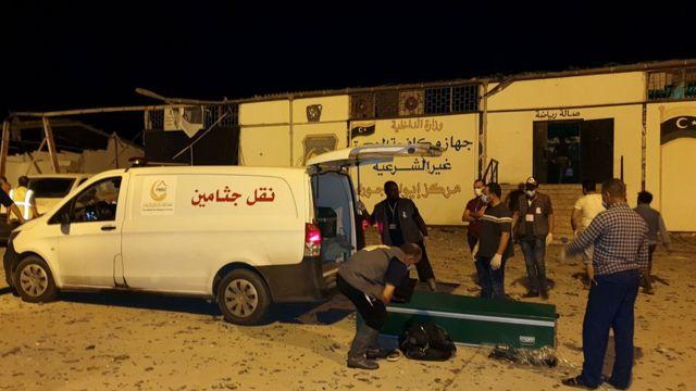 Equipos de emergencia en el lugar del ataque aéreo en Trípoli.