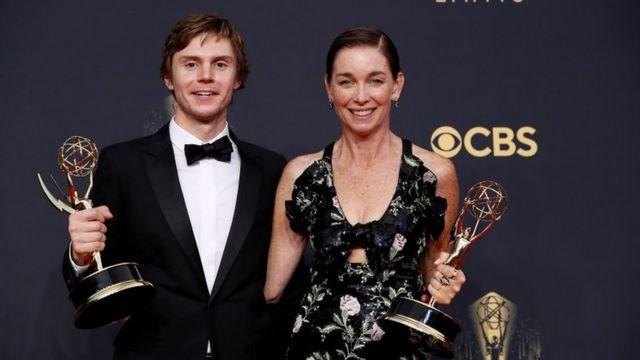 Evan Peters y Julianne Nicholson