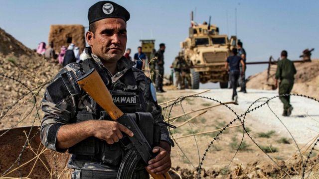 أحد عناصر القوات الكردية