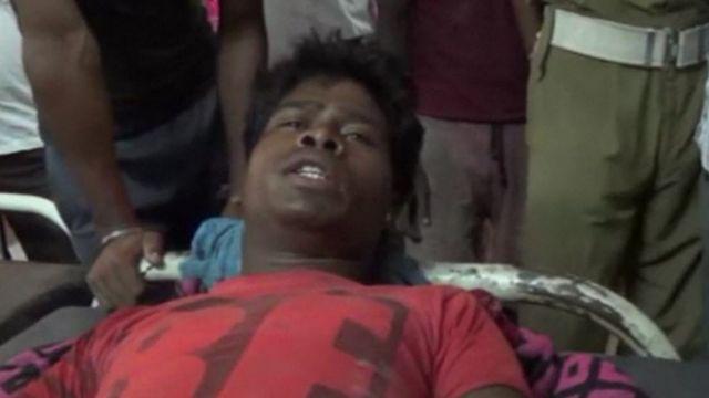 Un hombre trasladado a un hospital de Bihar, tras ser impactado por un rayo.