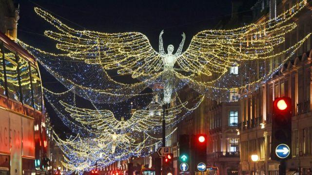在英国伦敦市中心的摄政街,圣诞彩灯早早点亮